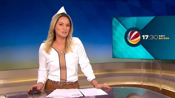 Moderatorin Eva Grünbauer erlaubte sich im SAT.1-Studio einen Spaß mit Maske