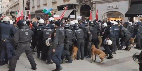 Corona-Kritiker versuchen die Polizeikette zu durchbrechen