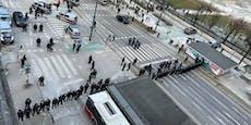 Polizei mit Wegaund Hundestaffel beiCorona-Demo