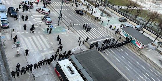 Polizisten blockieren den Ring