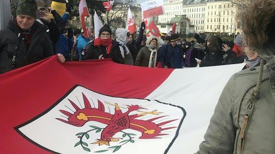 Anti-Corona-Demonstranten protestieren gegen das Vorgehen der Regierung in Tirol.