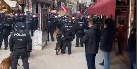 Stand-Off zwischen Corona-Demo und Polizei