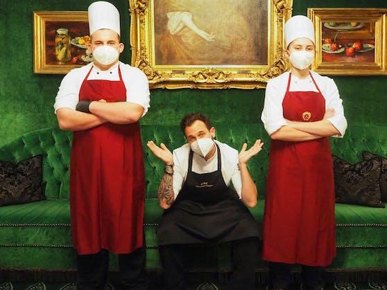 Im Hotel Sacher (City) erkochen Lehrlinge, unterstützt von Executive Küchenchef, Dominik Stolzer (Mitte) Geld für die Ausbildung von Jungköchen.