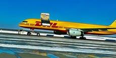 Tür von DHL-Flugzeug öffnete sich in der Luft