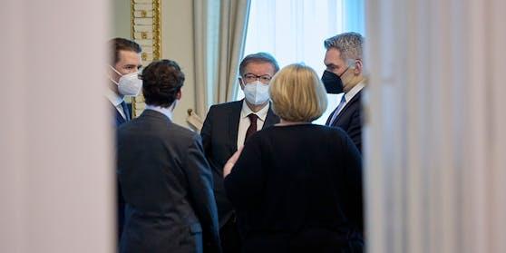 Im Bild v.R.: Innenminister Karl Nehammer (ÖVP), Bundeskanzler Sebastian Kurz (ÖVP), Gesundheitsminister Rudolf Anschober (Grüne)