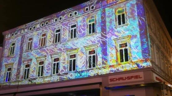 Lichterspiele an den Hausfassaden am Rathausplatz in St. Pölten.