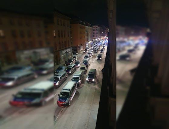 Über 1.000 Polizistinnen und Polizisten waren im Einsatz - hier ein Großaufgebot in der Schönbrunner Straße.