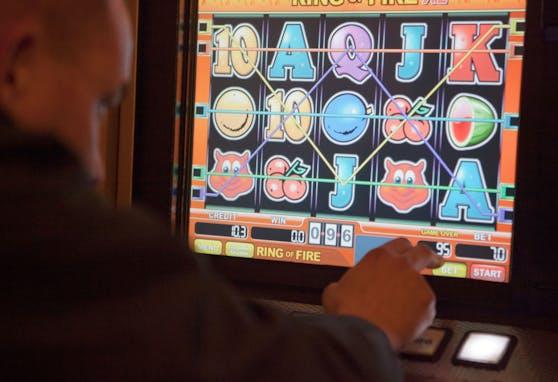 Ein Finanzpolizist überprüft die Funktionen eines illegal aufgestellter Spielautomat in einen Lokal in Wien. Archivbild