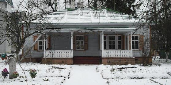 Ein Mann hat in der Nähe von Tschernihiw, Ukraine einen Mord vorgetäuscht, damit die Polizei seine Einfahrt räumt.