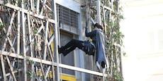Superhelden in Uniform überraschen schwer kranke Kinder