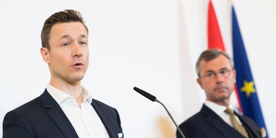 Wegen der Ermittlungen gegen Finanzminister Blümel fordert die FPÖ jetzt seinen Rücktritt.