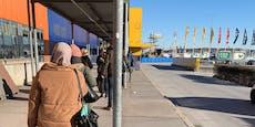 Wiener stehen vor Möbelhaus wieder in Riesen-Schlange