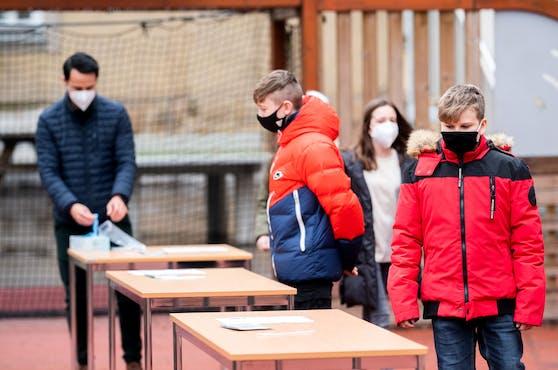 """Für die Schüler beginnt die Schule mit einem """"Nasenbohr-Test""""."""