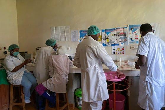 Nach mindestens drei Todesfällen und vier Infektionen wegen Ebola hat Guinea eine Epidemie-Lage ausgerufen.