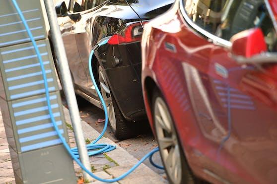 Die britische Automarke Jaguar will ab 2025 nur noch elektrische Fahrzeuge herstellen. Bis 2039 solle die Marke dann klimaneutral werden.