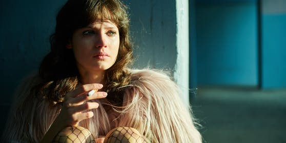 Christiane F. wird in der Serie von der österreichisch-australischen Schauspielerin Jana McKinnon verkörpert.