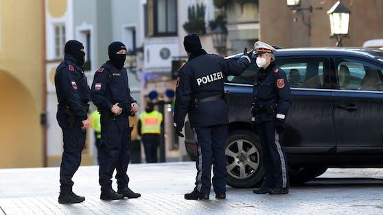 Polizei in der Innenstadt von Kitzbühel. Symbolbild