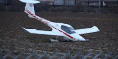 Kleinflugzeug blieb in Welser Acker stecken