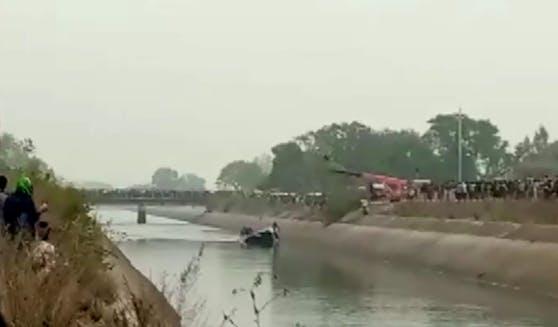 In Indien sind mindestens 40 Menschen ums Leben gekommen. Ein Bus stürzte in einen Kanal.