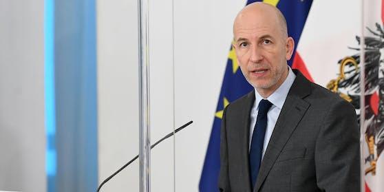 Arbeitsminister Martin Kocher investiert 700 Millionen Euro in neue Jobs.