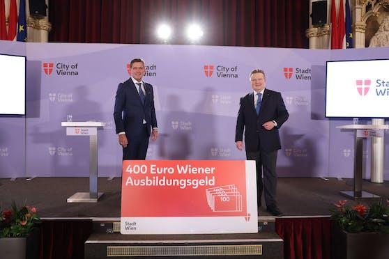 """Wirtschaftsstadtrat Peter Hanke (li.) und Bürgermeister Michael Ludwig (beide SPÖ) präsentieren das """"Wiener Ausbildungsgeld""""."""