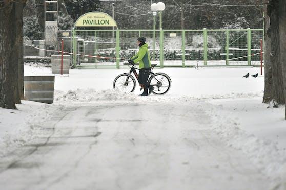 Ein Wiener Fahrradfahrer im Schnee, aufgenommen am 16. Februar 2021