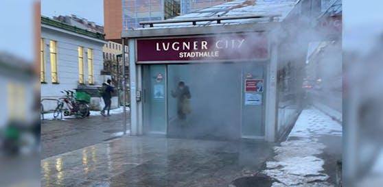 Beim Aufgang zur Lugner City bildete sich eine dichte Dampfolke.