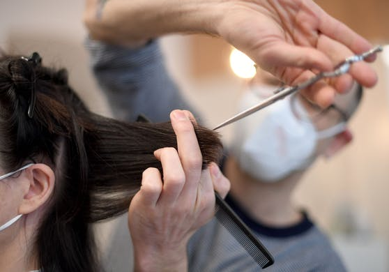 Ein Friseur bei der Arbeit in Wien am Montag, 8. Februar 2021.