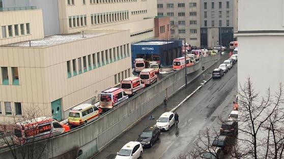 Rettungswagen-Stau vor dem Lorenz Böhler Krankenhaus in der Brigittenau.