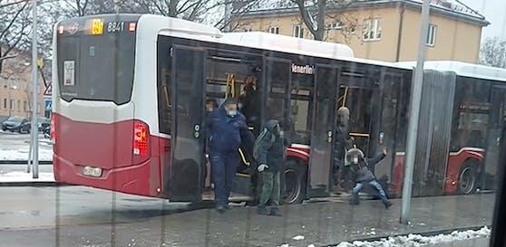 Diesen Fahrgästen fiel der Ausstieg aus dem Bus schwer