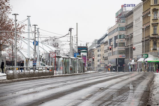 Schneefall mit Folgen: Die schmelzenden Schneemassen sind in der Nacht wieder gefroren. Glatteis-Gefahr!