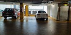 Mercedes blockiert zwei Parkplätze im Donauzentrum