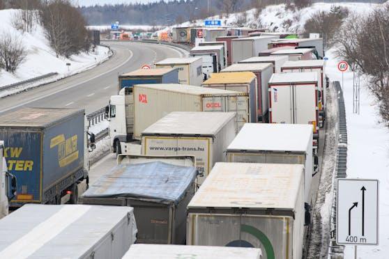 Laster stauen sich am 15.2.2021 auf der deutschen Autobahn 17 in Richtung Dresden. Bundespolizisten kontrollieren Einreisende in der Nähe des Grenzübergangs zu Tschechien.