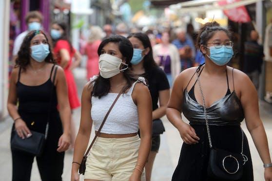 Passanten mit Schutzmasken in den Straßen einer südfranzösischen Stadt. Archivbild