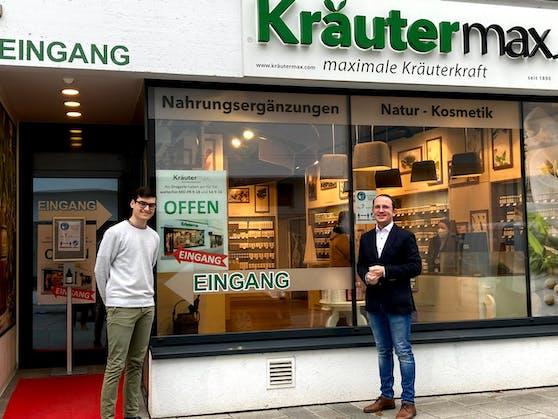 Sinan Yildirim und Kräutermax-Chef Christoph Zauner vor dem Geschäft in der Rieder Innenstadt.