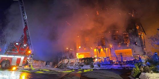 In der Nacht auf Donnerstag (18. Februar 2021) brach auf der Griesner Alm in Kirchdorf in Tirol ein Feuer aus.