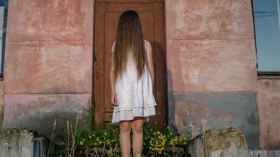 Eigene Haare essen, bis zum Darmverschluss oder Magendurchbruch.