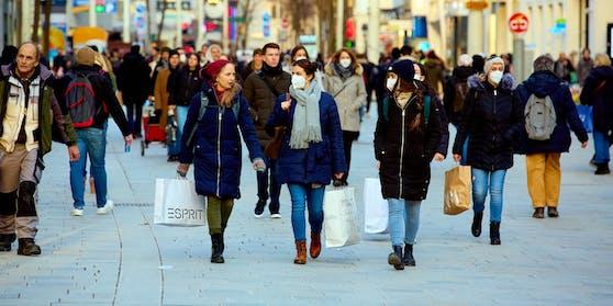 Auf Einkaufsstraßen wie der Mariahilfer Straße soll die neue FFP2-Pflicht kommen.