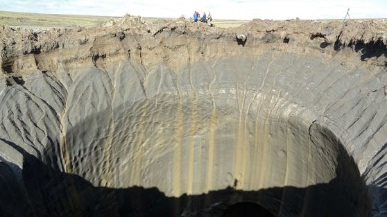 Die Wände der Krater sind beinahe senkrecht. Bei diesem geht es 200 Meter in die Tiefe.