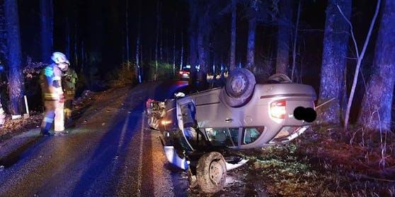 Die beiden 19-Jährigen konnten das Fahrzeug selbstständig verlassen.