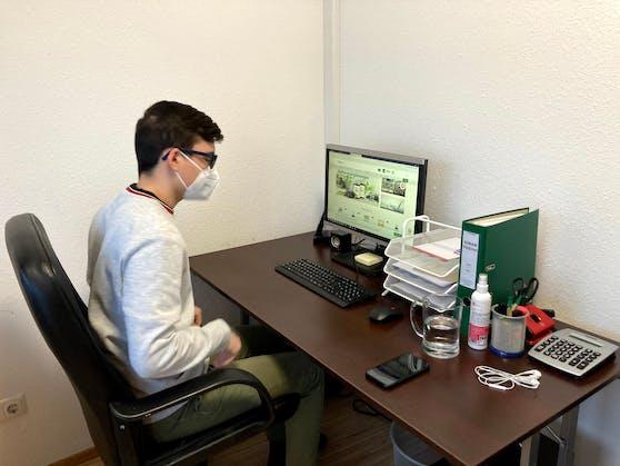Der Arbeitsplatz von Sinan ist das Internet.