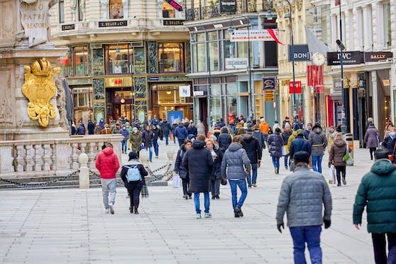 Trotz Pandemie sind viele auf Schnäppchenjagd in den Wiener Einkaufsstraßen.