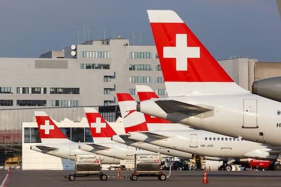 Flugzeuge der SWISS, dazwischen auch eine AUA-Maschine, am Flughafen Zürich.