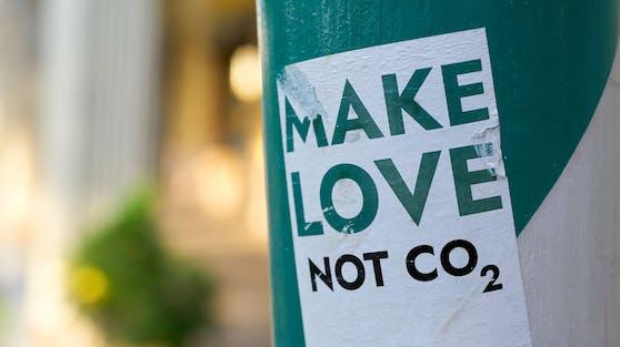 """Make Love, Not CO2""-Sticker in Berlin. Symbolfoto"