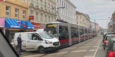 Bim kracht in Wien-Brigittenau in weißen Klein-Lkw