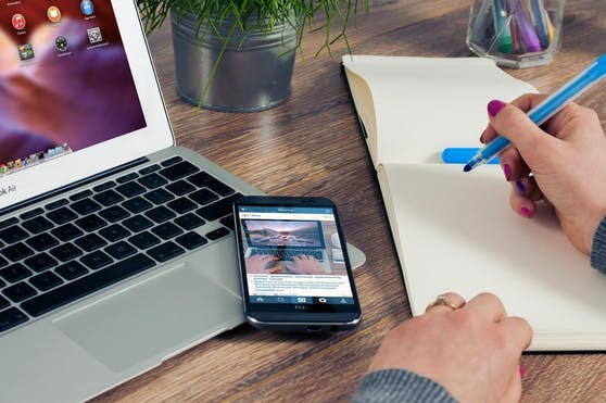 Neben Laptop oder PC gehört beispielsweise auch ein Smartphone ins Homeoffice.