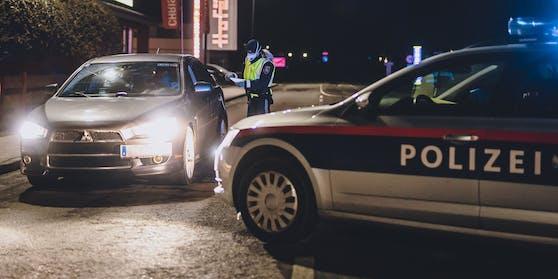 Die Polizei führt eine Kontrolle durch.