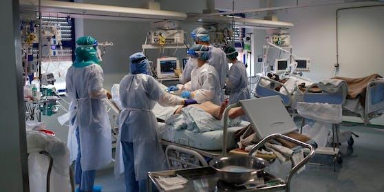 Ärzte behandeln einen Corona-Patienten auf einer Intensivstation.