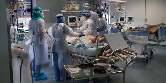 Ärzte behandeln einen Corona-Patient auf einer Intensivstation.
