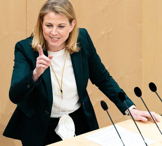 So nicht! Neos-Chefin Beate Meinl-Reisinger lässt ihre FFP2-Maske um den Hals baumeln.